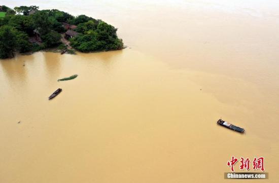 7月12日,航拍南昌县泾口乡金溪湖,因上游抚河洪水汇入湖泊导致水位上涨,湖畔数幢房屋被洪水围困。王昊阳 摄