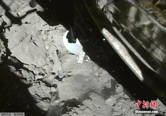 """""""隼鸟2号""""的着陆目标是4月制造的人造陨石坑附近表面,堆积了从地下喷出的岩石碎片之处。这些原本在地下的喷出物可能未受太阳风等的风化,保持着小行星诞生时和原始太阳系的状态。有望帮助探明相关历史。图为""""隼鸟2号""""在小行星""""龙宫""""着陆。"""