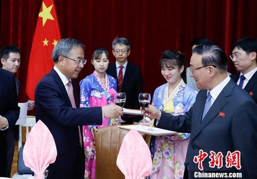 7月11日,中共中央政治局委员、国务院副总理胡春华出席朝鲜驻华大使池在龙在使馆举办的《中朝友好合作互助条约》签订58周年纪念招待会并致辞。中新社记者 杜洋 摄