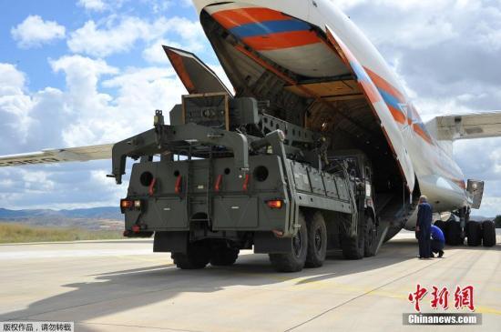 当地时间7月12日,土耳其国防部宣布,俄罗斯首批S-400防空导弹系统已开始交付,这些部件被空运至安卡拉的穆兹特空军基地。