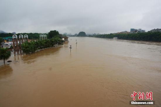 资料图:7月13日,桂林市区漓江段正在上涨的洪水。欧惠兰 摄