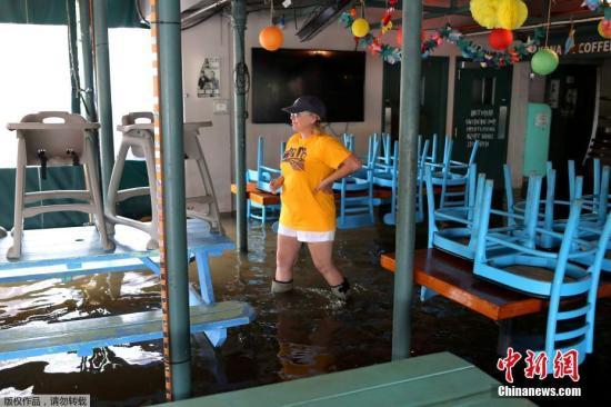 """据悉,2005年飓风""""卡特里娜""""席卷路州,并引发灾难性洪水,造成超过1800人死亡。之后,美国陆军工程兵团修复、改善了约350英里的堤坝和70多个泵站,工程耗资约10亿美元。"""