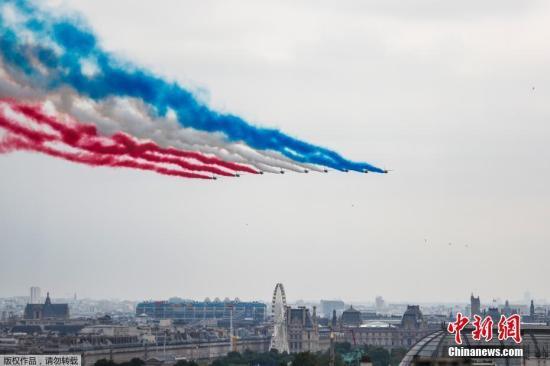"""当地时间7月14日,法国举行国庆阅兵仪式。图为""""法兰西巡逻兵""""飞行表演队进行表演。"""