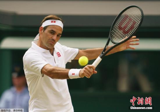 """资料图:当地时间7月14日,温布尔登网球公开赛男单决赛中,赛会1号种子德约科维奇与""""草地之王""""费德勒上演史诗对决。德约科维奇最终以7-6(5)、1-6、7-6(4)、4-6、13-12(3)险胜瑞士天王,豪夺生涯第5座温网奖杯,这也是他第16个大满贯冠军。图为费德勒在比赛中。"""