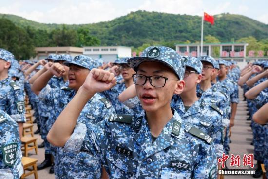 7月15日上午,第15届香港青少年军事夏令营在解放军驻香港部队新围军营举行开营典礼。来自香港100余所中学的600名青少年整齐列队,高举右手齐声宣誓入营。本届军事夏令营15日开营,28日结业,入营学生将在驻港部队官兵的指导下,在军营进行学习、训练和生活。自2005年7月推出青少年军事夏令营以来,累计有4300名香港青少年学生参加。图为香港青少年宣誓入营。中新社记者 张炜 摄