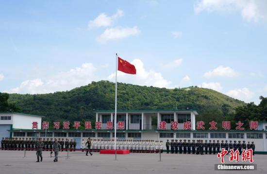 7月15日上午,第15届香港青少年军事夏令营在解放军驻香港部队新围军营举行开营典礼。来自香港100余所中学的600名青少年整齐列队,高举右手齐声宣誓入营。本届军事夏令营15日开营,28日结业,入营学生将在驻港部队官兵的指导下,在军营进行学习、训练和生活。自2005年7月推出青少年军事夏令营以来,累计有4300名香港青少年学生参加。图为在开营仪式上举行升国旗仪式。中新社记者 张炜 摄