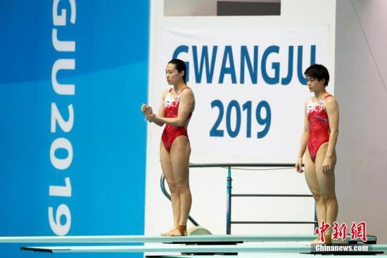 7月15日,在韩国光州举行的2019光州游泳世锦赛女子双人3米跳板决赛中,中国组合施廷懋/王涵以342.00分的成绩获得冠军。图为中国选手施廷懋(右)/王涵在比赛中。中新社记者 韩海丹 摄