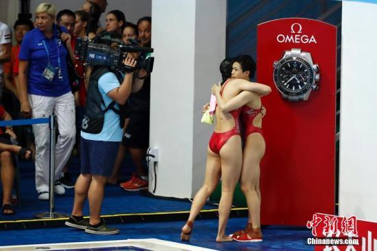 7月15日,在韩国光州举行的2019光州游泳世锦赛女子双人3米跳板决赛中,中国组合施廷懋/王涵以342.00分的成绩获得冠军。图为中国选手施廷懋(右)/王涵庆祝胜利。中新社记者 韩海丹 摄