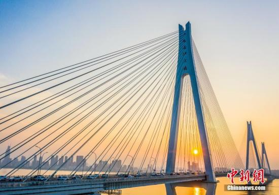 湖北武汉二七长江大桥在晚霞的映照下壮美如画。<a target='_blank' href='http://www.chinanews.com/'>中新社</a>发 赵广亮 摄 图片来源:CNSPHOTO