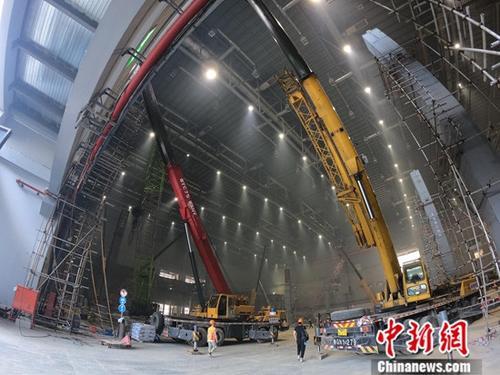 资料图:国家会展中心(上海)1号馆正在进行加层扩建作业。中新社记者 张亨伟 摄