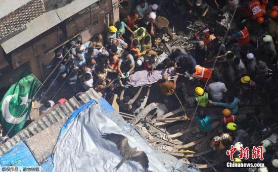 当地时间7月16日,印度孟买南部一4层居民楼倒塌。