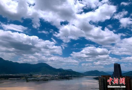 """7月17日,受台风""""丹娜丝""""外围影响,福州上空云彩变幻莫测。中新社记者 王东明 摄"""