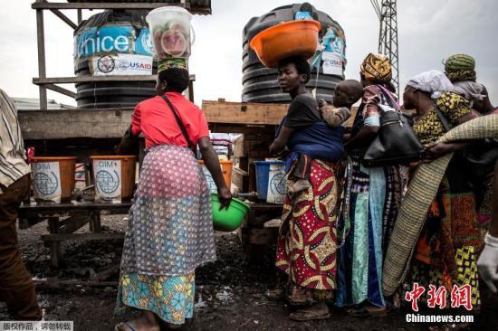 当地时间2019年7月16日,刚果(金)戈马,为预防埃博拉病毒疫情,医护人员检测来往行人的体温。14号,刚果(金)东部北基伍省首府戈马市确认出现首个埃博拉病例,这引发外界对于本轮刚果(金)埃博拉疫情是否会加速扩散的担心。世界卫生组织总干事谭德塞15号就此表示,世卫组织将再次召开专门会议,讨论本轮埃博拉疫情是否构成突发公共卫生事件。