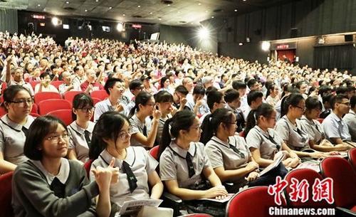 7月17日上午,电影《周恩来回延安》首映礼在香港新光戏院举行。不少中学生出席首映礼并观看电影。中新社记者 洪少葵 摄