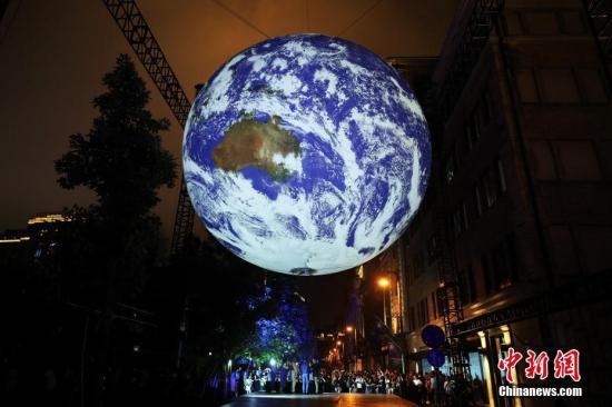 7月18日,Discovery太空周在上海开幕,英国艺术家Luke Jerram的地球艺术装置GAIA惊艳亮相,为民众开启实境体验之旅。/p中新社记者 汤彦俊 摄