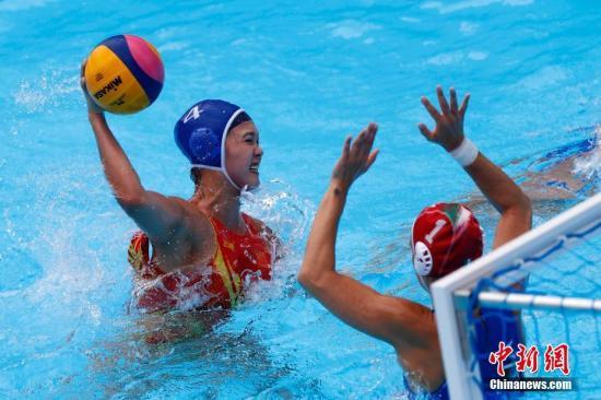 资料图:7月18日,中国队选手(左)在比赛中射门。当日,在韩国光州举行的2019国际泳联世界游泳锦标赛女子水球D组小组赛中,中国队以6比14负于意大利队。中新社记者 韩海丹 摄