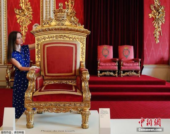 资料图:2019年7月18日消息,英国白金汉宫将从7月20日开始迎来夏季对外开放日。本次开放日展览以纪念维多利亚女王诞辰200周年为主题,展览从7月20日延续到9月29日,游客们可以进入王宫参观王室贵族们生活的房间和平常所用的物品。