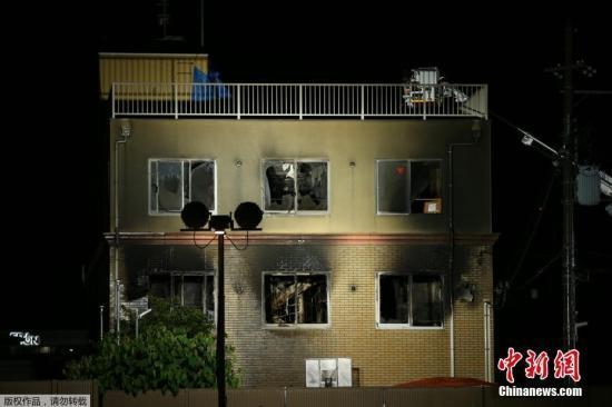 据外媒7月18日报道,日本消防部门称,京都动画工作室遭纵火事件,已经有33人确认遇难。日本警察厅表示,这起事件是平成时代以来,纵火案中遇难人数最多的。目前,大火已经被扑灭。图为入夜后,消防队员救援持续。