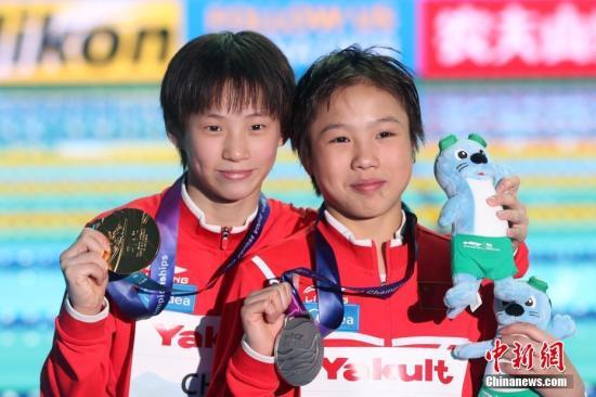 韩国光州泳世锦赛,男子十米台止您选脚包办金牌银牌。a target='_blank' href='http://www.chinanews.com/'种孤社/a记者 韩海 摄
