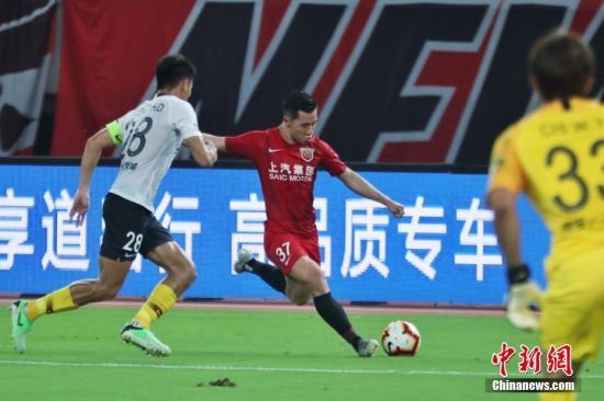 资料图:中超联赛上海上港主场对阵河北华夏幸福的比赛。图为陈彬彬(左2)边路传中。申海 摄
