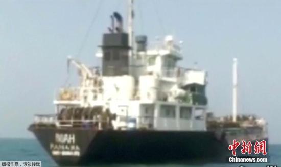 据美联社7月18日援引伊朗国家电视台消息称,伊朗革命卫队在波斯湾扣押一艘外国油轮,12名船员被指涉嫌走私石油。(电视截图)