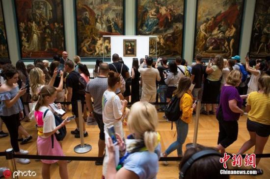 卢浮宫《蒙娜丽莎》暂换展厅 游客观赏1分钟就被赶