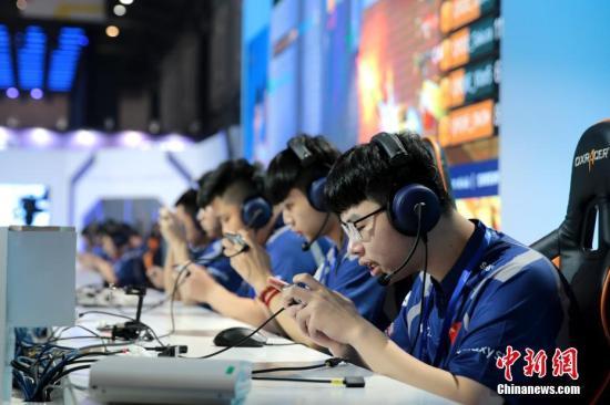 """7月18日,WCG2019世界总决赛于西安启幕。WCG被誉为""""电竞奥林匹克运动会"""",本届大赛共有来自111个国家和地区的约4万名玩家报名参赛,最终来自28个国家和地区的198名选手进入总决赛。图为参赛队伍激烈角逐。张远 摄"""