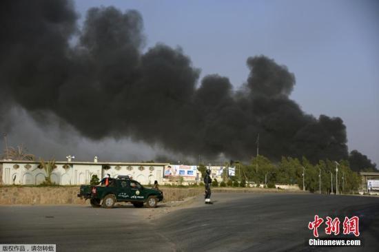 据阿富汗安全部门人士消息,阿南部坎大哈省警察总部7月18日遭汽车炸弹袭击,随后发生交火,造成10人死亡、90多人受伤。袭击者中有2人死亡。
