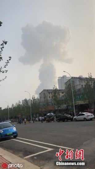 2019年7月19日下午17时50分左右,河南三门峡市义马市气化厂发生爆炸事故,方圆3公里之内门窗玻璃很多被震碎,有的室内门也被气浪冲落。图为爆炸现场 图片来源:ICphoto