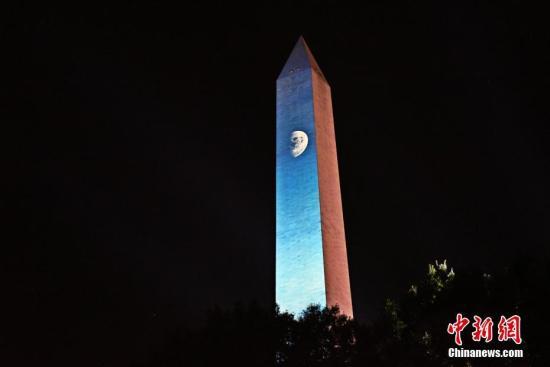 """当地时间7月19日晚,为纪念人类登月50周年,美国华盛顿纪念碑上演""""阿波罗50年:前进月球""""灯光秀。 <a target='_blank' href='http://sxruiheng.com/'>中新社</a>记者 陈孟统 摄"""