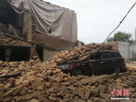 图为义马爆炸造成的坍塌将一辆汽车掩埋。 刘鹏 摄