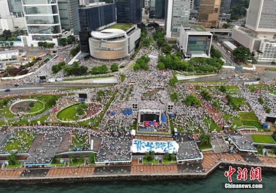 """7月20日下午,30余万香港市民在金钟添马公园参加""""守护香港""""集会,共同守护香港法治的核心价值,维护法治,反对暴力。集会以""""反暴力、撑警队、护法治、保安宁""""为诉求,表达广大市民支持警方依法维护社会秩序、希望香港社会和平安定稳定的心声。集会组织者称,约有31.6万人参加活动。<a target='_blank' href='http://www.chinanews.com/'>中新社</a>记者 张炜 摄"""