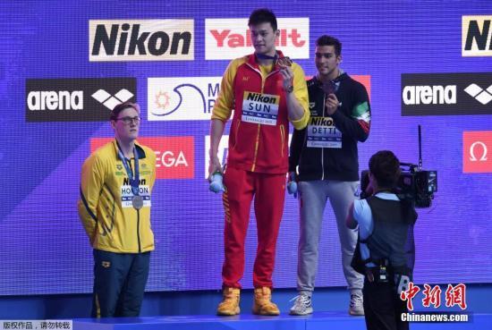 资料图:7月21日,在韩国光州举行的第十八届游泳世锦赛进入到游泳项目的争夺,第七次参加世锦赛的中国选手孙杨在男子400米自由泳决赛中,以3分42秒44的成绩夺得该项目世锦赛四连冠。这也是孙杨收获的第十枚世锦赛金。图为赛后颁奖仪式上银牌得主霍顿拒绝与金牌得主孙杨进行赛后合影。<a target='_blank' href='http://www.isrqz.tw/'>中新社</a>记者 韩海丹 摄