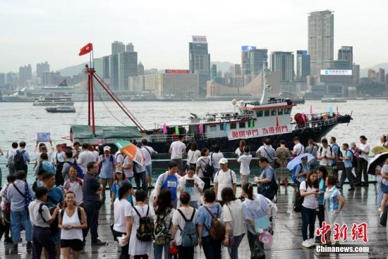 """7月20日下午,30余万香港市民在金钟添马公园参加""""守护香港""""集会,共同守护香港法治的核心价值,维护法治,反对暴力。集会以""""反暴力、撑警队、护法治、保安宁""""为诉求,表达广大市民支持警方依法维护社会秩序、希望香港社会和平安定稳定的心声。集会组织者称,约有31.6万人参加活动。图为集会期间,众多香港渔船在维港巡游,维护法治,反对暴力。<a target='_blank' href='http://jdheritage.net/'>中新社</a>记者 张炜 摄"""