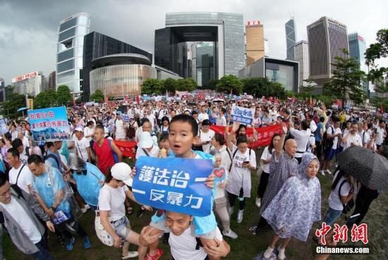"""7月20日下午,30余万香港市民在金钟添马公园参加""""守护香港""""集会,共同守护香港法治的核心价值,维护法治,反对暴力。集会以""""反暴力、撑警队、护法治、保安宁""""为诉求,表达广大市民支持警方依法维护社会秩序、希望香港社会和平安定稳定的心声。集会组织者称,约有31.6万人参加活动。<a target='_blank' href='http://jdheritage.net/'>中新社</a>记者 张炜 摄"""