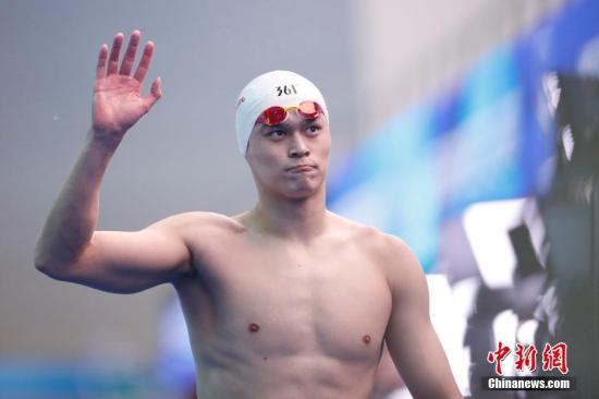 资料图:孙杨向观众挥手致意。 中新社记者 韩海丹 摄