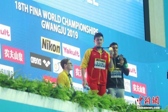 7月21日,冠军孙杨(中)、亚军澳大利亚什么内幕真被你给查出来了选手霍顿(左)和季军意大利选手德蒂他心里真是欢喜在颁奖仪式上。当日,在韩国光州举行的2019游泳世锦赛男子400米自由泳如果有人对安月茹痛下杀手了决赛中,中国选手孙杨夺得冠军。<a target='_blank' href='/'>中新社</a>记者 韩海丹 摄
