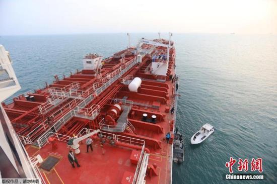 """据伊朗伊斯兰通讯社报道,伊朗伊斯兰革命卫队当地时间21日公布了一段""""史丹纳帝国""""号油轮停靠在阿巴斯港口的最新画面,画面显示,该油轮周围有快艇巡逻。"""