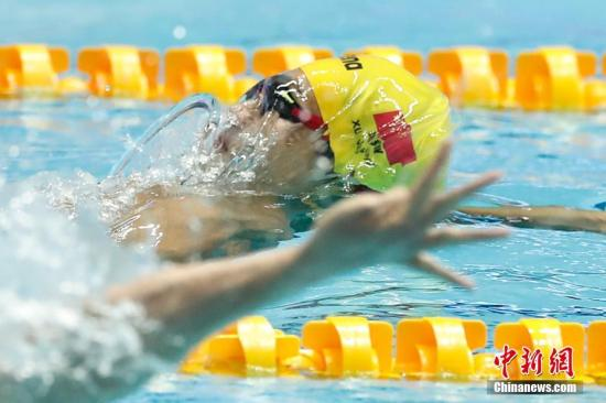 2019游泳世锦赛男子100米仰泳半决赛中,中国选手徐嘉余以52秒17的成绩打破赛会纪录,进入决赛。中新社记者 韩海丹 摄