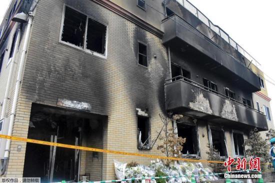 """当地时间7月20日,日本京都动画工作室遭遇大火后,着火建筑物内部曝光,房间内四面墙壁焦黑一片,铁制扶手楼梯弯曲变形。18日,位于日本京都伏见市的日本知名动画制作企业""""京都动画""""的工作室遭一男子恶意纵火,目前已造成34人死亡。图为着火建筑物的外墙。"""