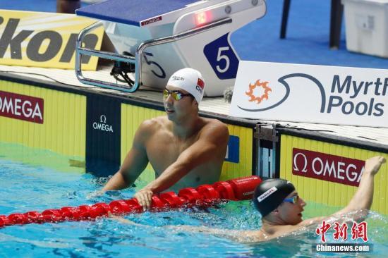 7月21日,闫子贝(左)完成比赛。当日,在韩国光州举行的2019游泳世锦赛男子100米蛙泳半决赛中,中国选手闫子贝以58秒67的成绩,打破亚洲纪录,顺利晋级决赛。 <a target='_blank' href='http://www.chinanews.com/'>中新社</a>记者 韩海丹 摄