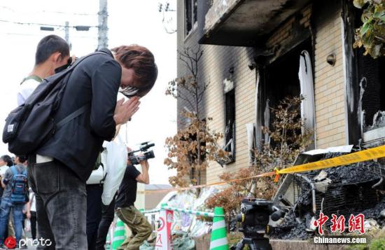 """当地时间2019年7月21日,日本知名动画制作公司""""京都动画""""的工作室发生火灾后民众现场悼念。7月18日,位于日本京都伏见市的日本知名动画制作公司""""京都动画""""的工作室遭一男子恶意纵火,发生爆炸性火灾,目前已造成34人死亡。 图片来源:ICphoto"""