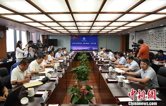 """7月22日,一场题为""""中国与世界发展:顺应潮流,合作共赢""""的研讨会在中国人民大学举行,十余位专家学者就该主题进行了发言交流。本次研讨会由中国人民大学国家发展与战略研究院主办。<a target='_blank' href='http://www.chinanews.com/'>中新社</a>记者 侯宇 摄"""