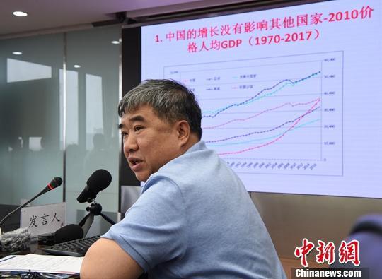 """7月22日,一场题为""""中国与世界发展:顺应潮流,合作共赢""""的研讨会在中国人民大学举行,十余位专家学者就该主题进行了发言交流。本次研讨会由中国人民大学国家发展与战略研究院主办。图为对外经济贸易大学国家对外开放研究院执行院长林桂军发言。<a target='_blank' href='http://www.chinanews.com/'>中新社</a>记者 侯宇 摄"""