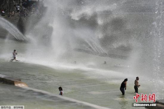 本地工夫7月22日,公众正在巴黎艾菲我铁塔四周的特罗卡德罗喷泉(Trocadero)戏火降温。法国本周迎去新一轮炎酷热浪,法国景象局21日公布预报,把橙色低温预警的地域数目增长至59个。