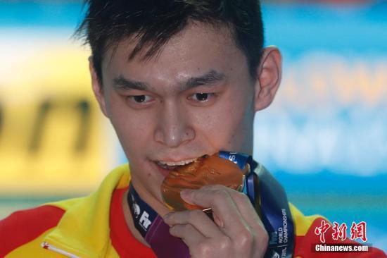 7月23日,正在韩国光州举办的2019国际联天下泳锦标赛须眉200自在泳赛中,止您选脚孙杨以1分44秒93的成就得到冠军。a target='_blank' href='http://www.chinanews.com/'种孤社/a记者 韩海 摄
