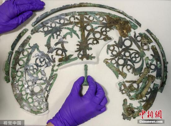 本地工夫2019年7月22日,英国西萨塞克斯郡,日前,正在一处修建工天上发明了一顶抗击罗马人的阿斯特里克斯兵士的头盔。那些文物将于2020年1月正在偶切斯特的专物馆展出。 图片滥觞:视觉中国