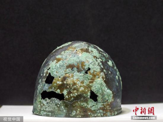 当地时间2019年7月22日,英国西萨塞克斯郡,日前,在一处建筑工地上发现了一顶抗击罗马人的阿斯特里克斯战士的头盔。 图片来源:视觉中国