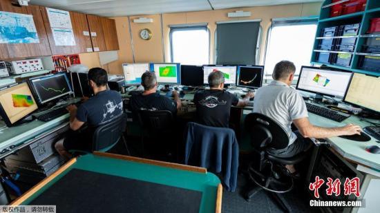 """当地时间7月22日,法国国防部长帕尔丽在其社交网络账号上宣布,法国军方找到了50年前在法国南部土伦港附近海域沉没的潜艇""""密涅瓦""""号的残骸。据法新社报道,此次搜索行动于本月4日开始,残骸最终在距离土伦45公里、水下2370米的地中海海域被找到。""""密涅瓦""""号是一艘柴电潜艇,于1962年6月开始服役,并于1968年1月27日在土伦港附近海域沉没,沉没的确切原因至今不明。沉没当天,载有52名船员的""""密涅瓦""""号本应与一架海事巡逻机进行联合演练,但在前往预定海域的途中沉没。法国军方曾在1968年到1970年期间展开搜索,但并未找寻到""""密涅瓦""""号的踪迹。"""