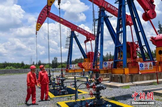 资料图:采油工人在井场巡检。<a target='_blank' href='http://www.chinanews.com/'>中新社</a>记者 骆云飞 摄